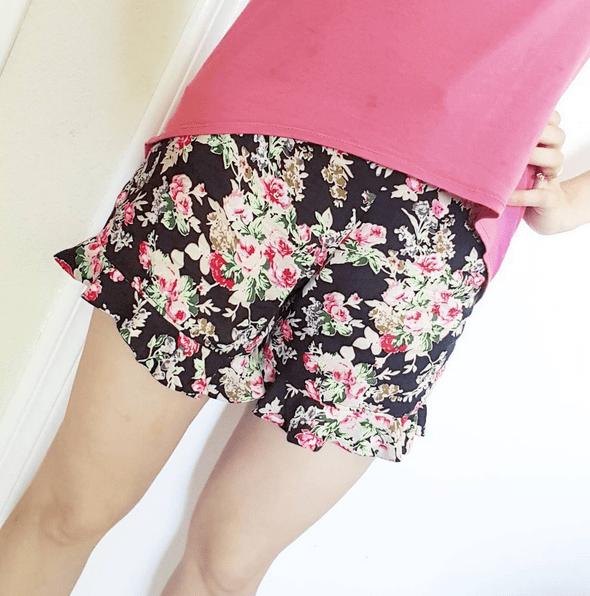 shorts con volantes al bies